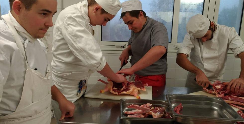 Préparation de viande par les élèves en formation cuisine - MFR Pujols