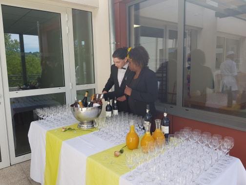 Service en boisson par les élèves en hôtellerie et restauration - MFR Pujols