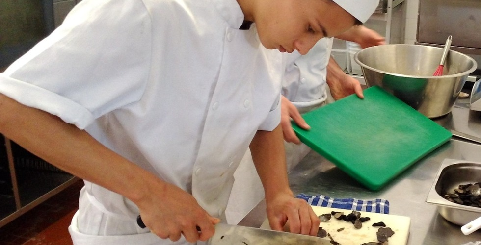 Travail de découpe par les élèves en cuisine - MFR Pujols
