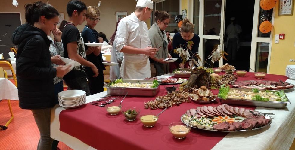 Dégustation d'un buffet réalisé par les élèves - MFR Pujols