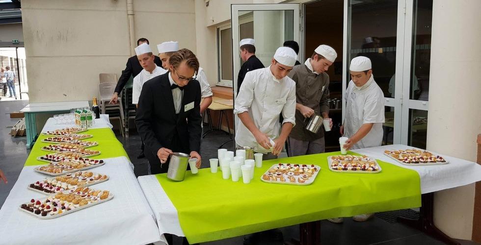 Présentation d'un buffet par les élèves en hôtellerie - MFR Pujols